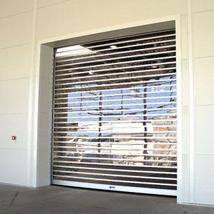Поток света, проходящий через высокоскоростные прозрачные ворота RapidRoll® 3000 GL, позволяет видеть даже в неосвещенных помещениях.