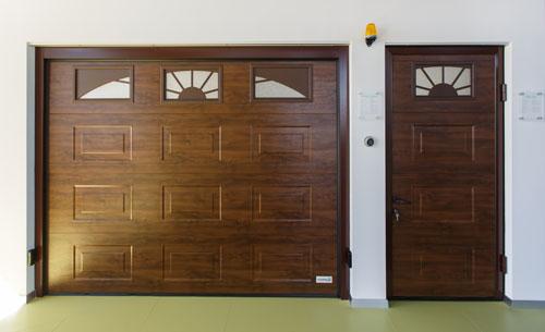 Боковая дверь в фасаде с гаражными секционными воротами