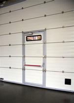 Новая опция секционных ворот «АЛЮТЕХ» – устройство экстренного открывания встроенной калитки